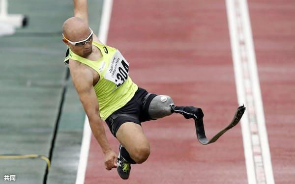 男子走り幅跳び(義足) 6メートル26で優勝した山本篤(21日、岐阜長良川競技場)=共同