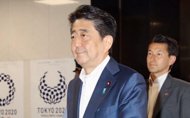 自民党本部に入る安倍首相(21日)