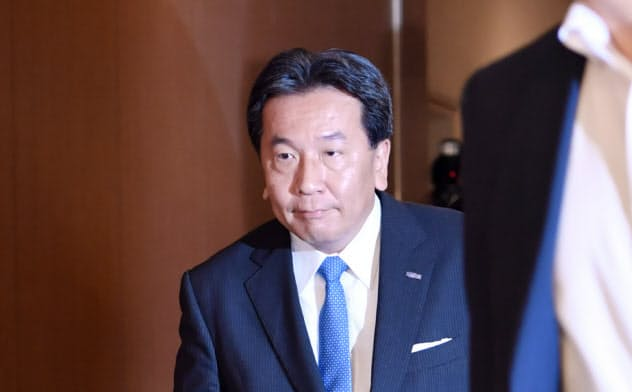 開票センターに入る立憲民主党の枝野代表(21日、東京都港区)