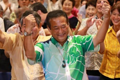 伝統舞踊「カチャーシー」を踊って喜ぶ高良鉄美氏(21日夜、那覇市)