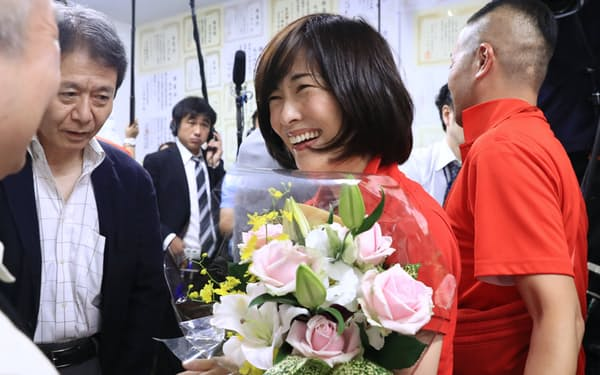 当選確実になり、花束を手にする丸川珠代氏(21日、東京都港区)