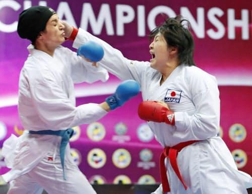 女子団体組手決勝 イラン選手(左)を攻める沢江優月(タシケント)=共同