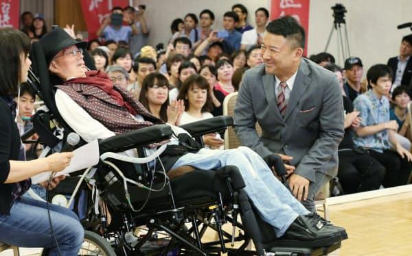 当選を確実にした船後靖彦氏(左)。右は山本太郎代表(21日、東京都千代田区)