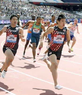 男子400メートルリレー 第2走者の小池(手前左)からバトンを受け走りだす第3走者の桐生(21日、ロンドン)=共同