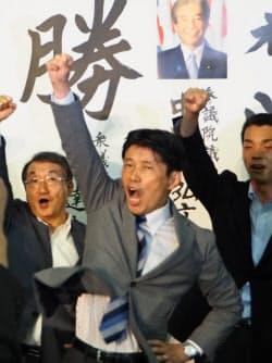 群馬県知事選で初当選し、喜ぶ山本一太氏(中央、21日、前橋市)