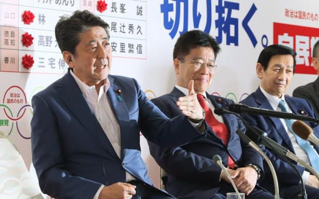 インタビューに答える安倍首相(21日、自民党本部)