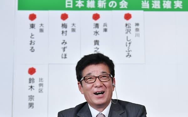 記者の質問に答える日本維新の会の松井代表(21日、大阪市北区)
