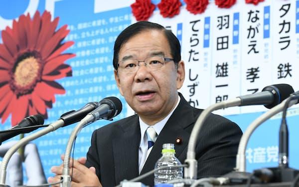 記者の質問に答える共産党の志位委員長(21日、共産党本部)