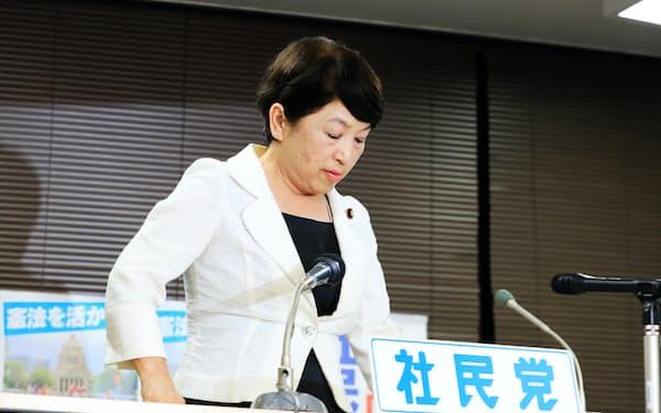 社民党開票センターの席に着く福島副党首(21日、東京都千代田区)