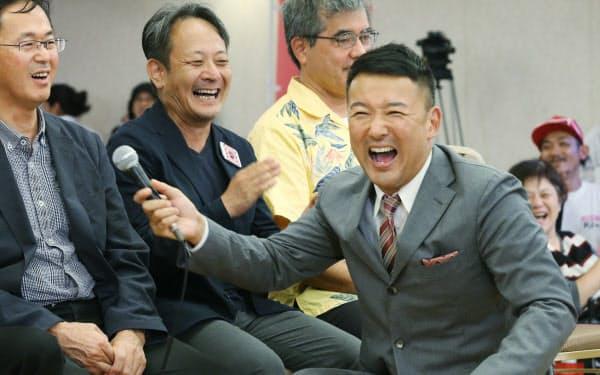 候補者と選挙戦を振り返る山本太郎代表(右)=21日、東京都千代田区