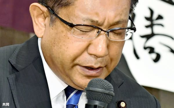 新潟選挙区で落選し、厳しい表情で敗戦の弁を述べる自民党の塚田一郎氏(21日、新潟市)=共同