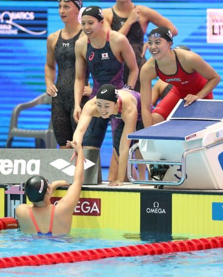 女子400メートルリレー予選で日本新記録を出し、決勝に進出した大本(右端)ら日本チーム=山本博文撮影