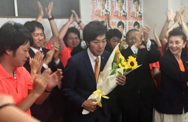 当選が確実となり祝福を受ける日本維新の会の音喜多駿氏(22日、東京都港区)