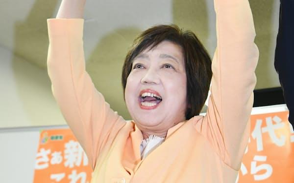 当選が確実になり、万歳する自民党の太田房江氏(21日午後、大阪市北区)