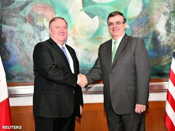 握手を交わすポンペオ米国務長官(左)とメキシコのエブラルド外相(右)(21日、メキシコシティ)=ロイター