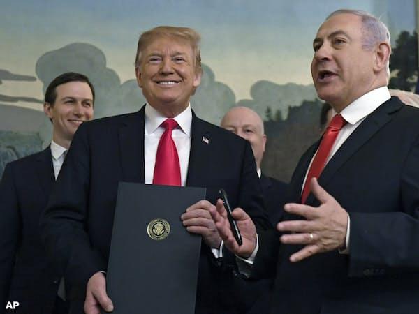 トランプ米大統領(左)とイスラエルのネタニヤフ首相(3月、ホワイトハウス)=AP