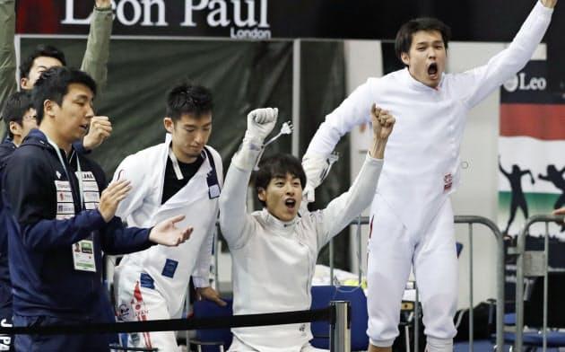 男子エペ団体順位決定戦でカザフスタンに勝利して9位となり、喜ぶ(右から)山田、宇山、見延ら(21日、ブダペスト)=共同
