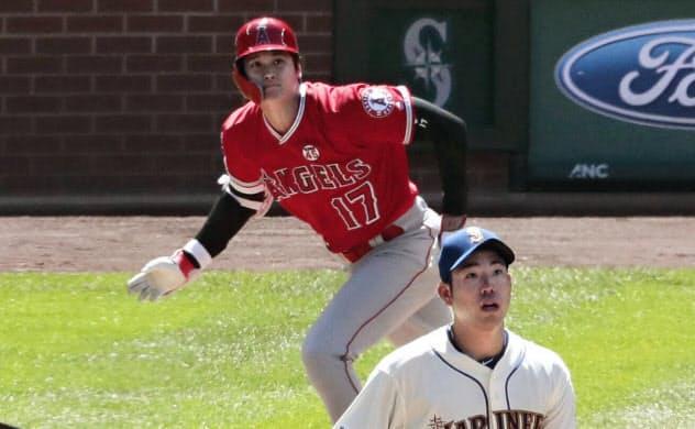 マリナーズ戦の5回、菊池(手前)から左中間に二塁打を放つエンゼルス・大谷(21日、シアトル)=共同
