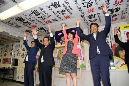 自民党で2議席を獲得して喜ぶ自民党北海道連の吉川貴盛氏(左から2人目)ら(21日、札幌市)