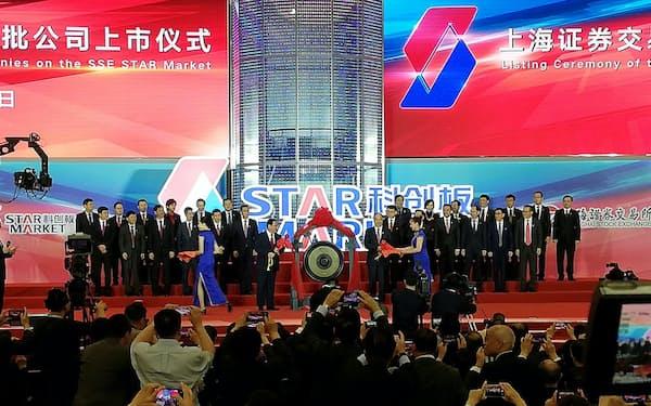中国の新株式市場「科創板」の取引開始式典(22日、上海)