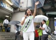 当選から一夜明け、街頭であいさつする日本維新の会の梅村みずほ氏(22日午前、大阪市港区)