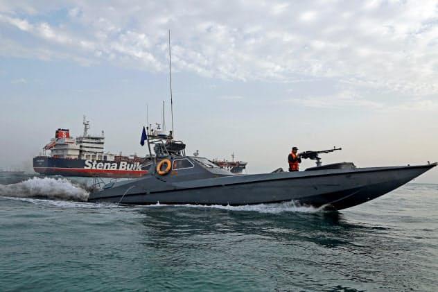 拿捕した英タンカー付近で警戒するイラン革命防衛隊の船舶(21日、イラン沖)=ロイター