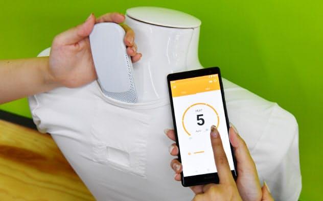 ソニーが発表した装着型冷温ウエアラブルデバイス「REON POCKET」は、インナーの首元背面ポケットに装着し、専用アプリで温度の調整ができる(22日、東京都港区)
