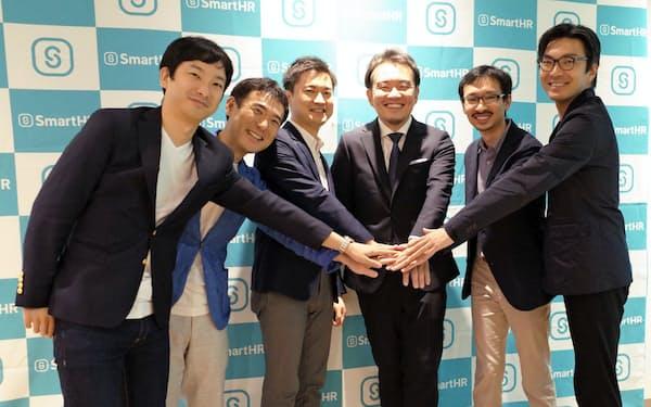 スマートHRの宮田CEO(右から3人目)は自社の成長速度について「海外の有力SaaS企業に匹敵する」と話す