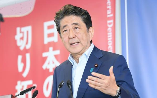 参院選から一夜明け、記者会見する安倍首相(22日、自民党本部)
