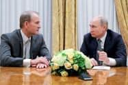 18日、ロシア北西部のサンクトペテルブルクで会談したプーチン大統領(右)とメドベチュク氏=ロイター