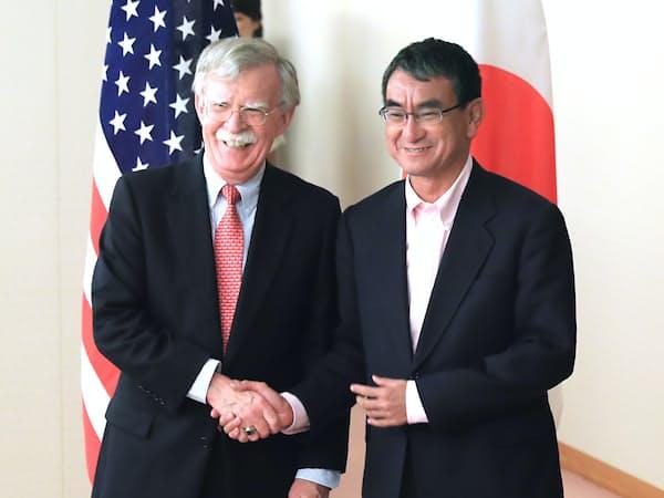 会談前にボルトン米大統領補佐官(左)と握手する河野外相(7月22日、外務省)