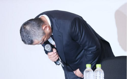 記者会見で謝罪する吉本興業の岡本社長(22日午後、東京都新宿区)