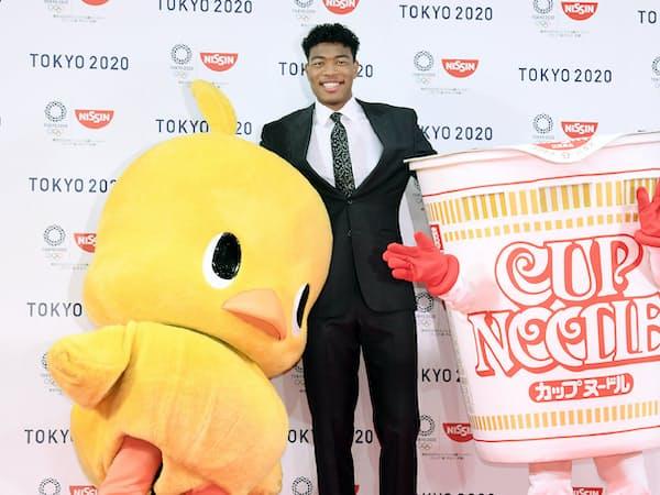 日清食品HDとグローバルスポンサーシップ契約をし、写真に納まる米プロバスケットボールNBAウィザーズの八村塁選手(22日午前、東京都新宿区)