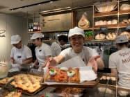 プリンチの店内では販売員がカウンター越しにパンやピザなどを提供する(東京都渋谷区)
