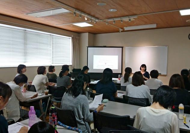 NOKIOOは浜松市からIT人材の育成支援事業を請け負い、多くの女性の就業支援に成功している(同社の集合研修)