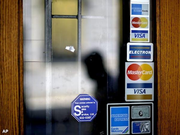 クレジットカードの利用増加が米消費の堅調さを示しているかが注目されている=AP