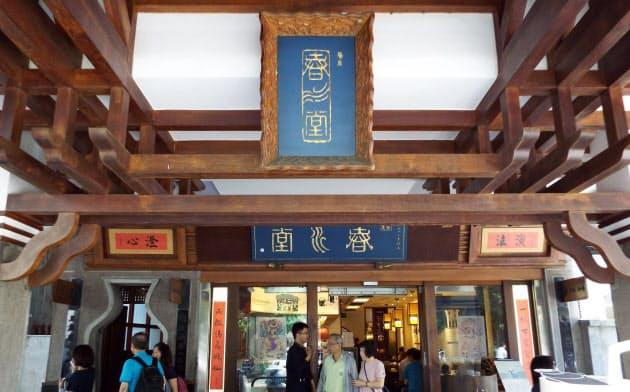 重厚な茶館の趣を醸し出す「春水堂」創業当時の店舗。喫茶や食事で訪れる30年来の常連も多い(台湾・台中市)