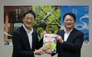 秋の観光プロモーションを協働で実施する山梨県の長崎知事(右)とJR東日本八王子支社の下村直樹支社長