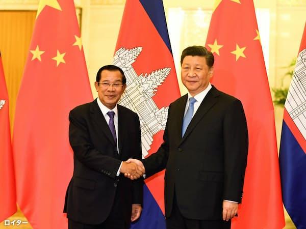 中国とカンボジアは関係を強めてきた(4月、訪中したフン・セン首相と(左)と握手する中国の習近平国家主席)=ロイター