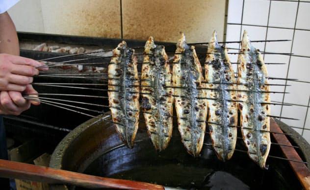 関西風のうなぎは腹開きで蒸さずに焼く(大阪市中央区の柴藤)