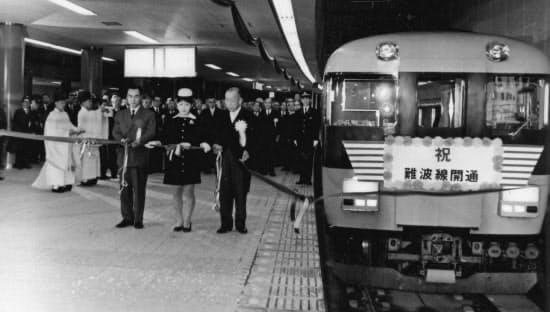 近鉄難波駅で行われた開業式。名古屋、伊勢志摩などに大勢の乗客を運んだ=近畿日本鉄道提供