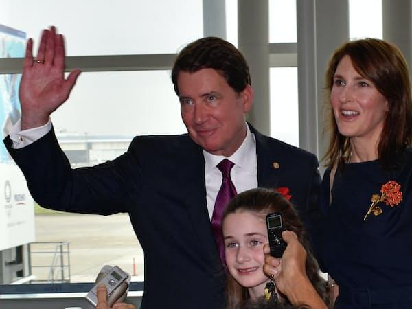 羽田空港を出発するハガティ駐日米大使と家族(22日午後)