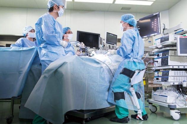 アルケリスを装着すれば(右)、手術時の身体的負担が軽くなる