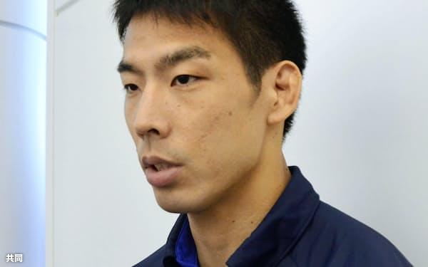 柔道のGP大会への出発前に取材に応じる男子81キロ級の永瀬貴規(22日、羽田空港)=共同