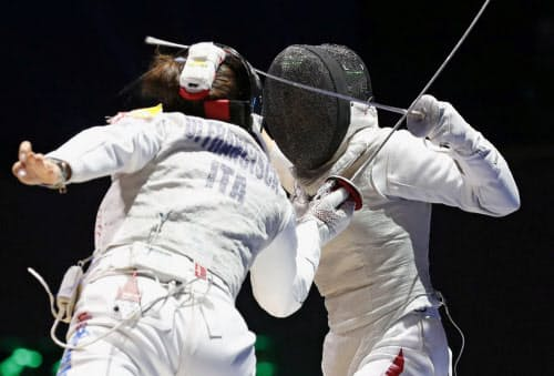 女子フルーレ団体準々決勝 イタリア選手(左)と対戦する菊池小巻(22日、ブダペスト)=共同