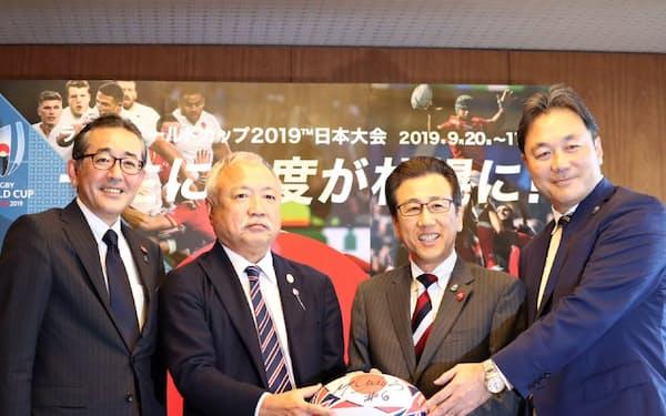森重隆ラグビー協会会長(左から2人目)らが札幌市役所を訪問した(22日)
