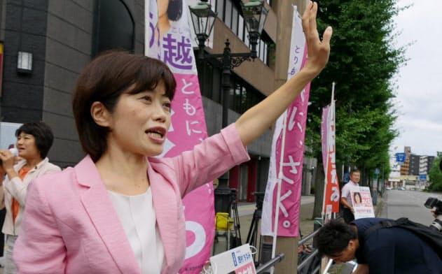 当選から一夜明け、有権者にあいさつする打越さく良氏(22日、新潟市)