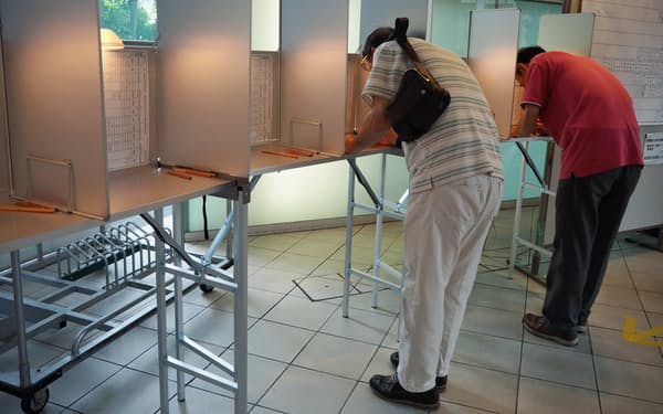 千葉、埼玉、神奈川の3県は投票率が50%を割り込んだ(千葉市内の投票所)