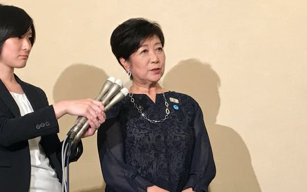 都議会OBの当選者には、都の主張を伝えて欲しいと話す小池百合子知事(22日、東京・新宿)