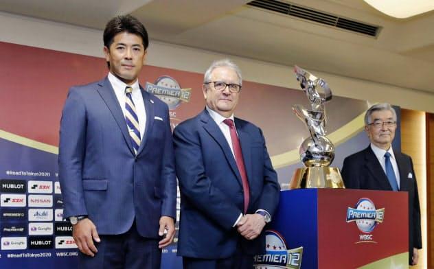 野球の国際大会「プレミア12」の記者会見で記念写真に納まる日本代表の稲葉監督(左)ら(22日、東京都内のホテル)=共同